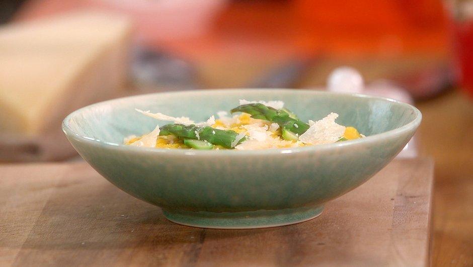 Atelier oeufs brouillés et pointes d'asperges vertes au parmesan