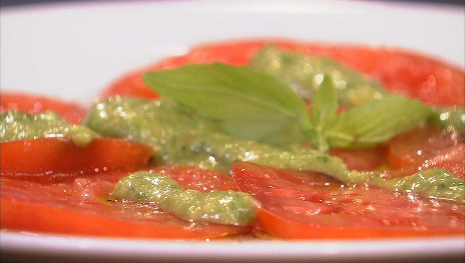 Tomates coeur de boeuf en carpaccio et crème de pesto à la mozzarella