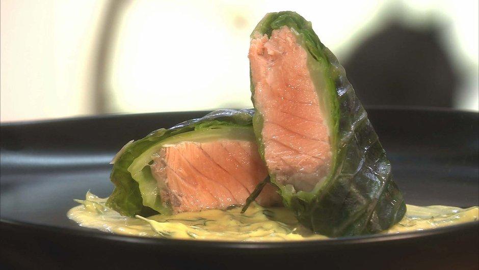 Feuilles de chou roulées au saumon, sauce moutarde à l'aneth
