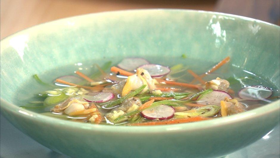 Bouillon de poule aux coques et légumes croquants