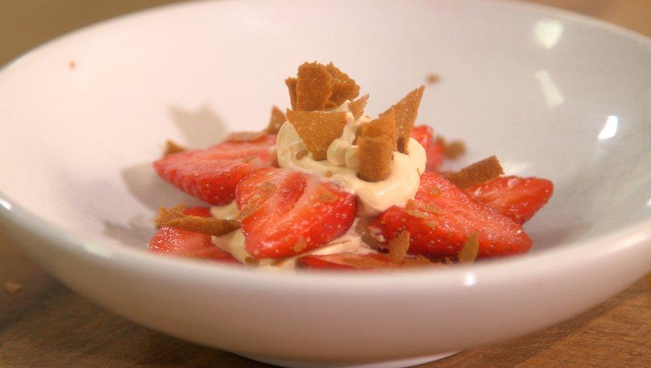 Crème montée à la confiture de lait et crêpes dentelles