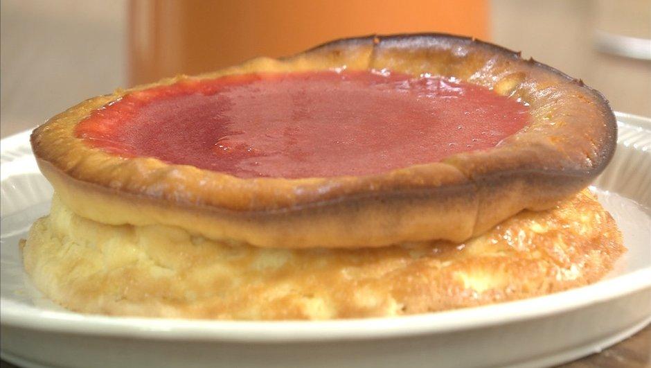 Gâteau sucré au fromage de chèvre frais et coulis de fraises