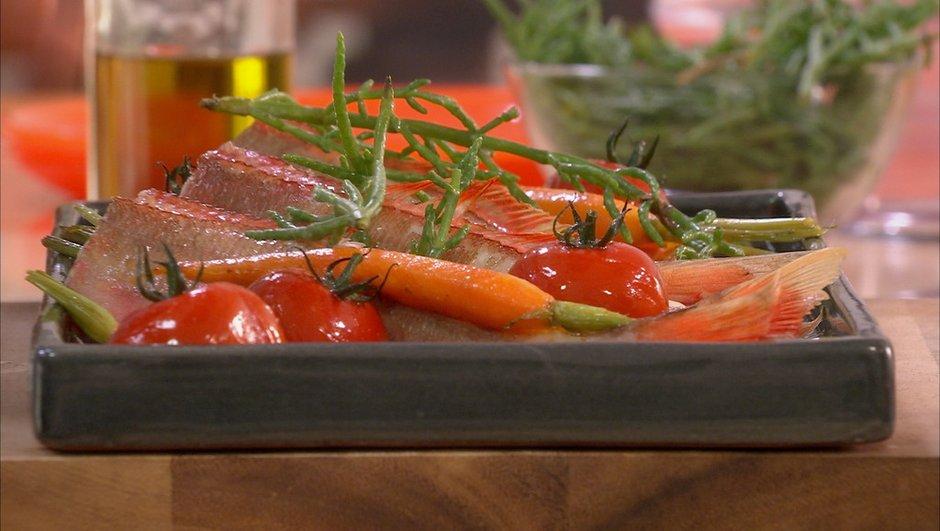 Grondins rouges et salicornes rôtis aux petites carottes
