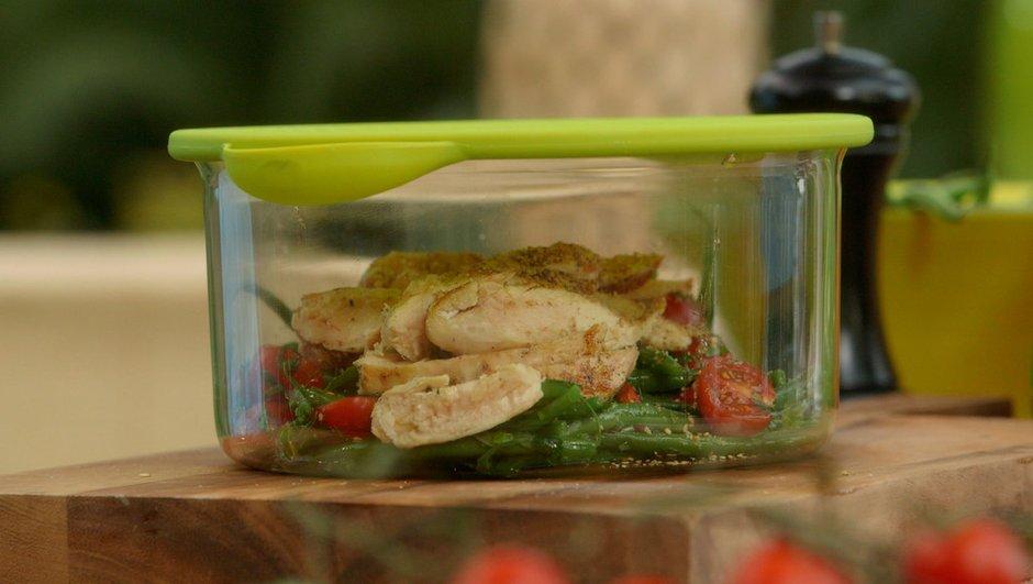 Salade de haricots verts à l'estragon aux tomates cerises et blanc de volaille