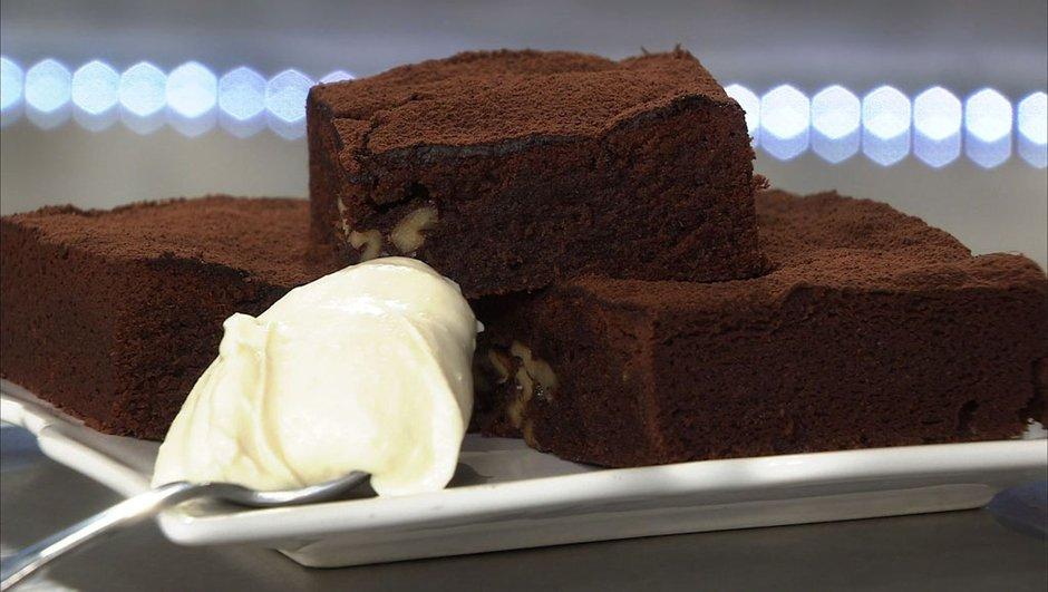 Brownie moelleux aux noix et crème de yaourt au chocolat blanc