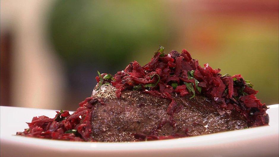 Onglet de boeuf rôti aux betteraves sautées et condiments aux olives