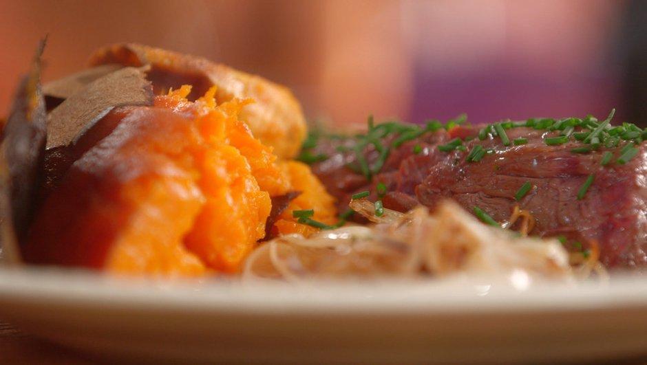 Onglet de boeuf à l'échalote et patate douce cuite au four en robe des champs