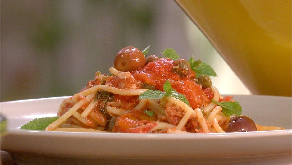 Spaghetti à la tomate, au thon et aux olives