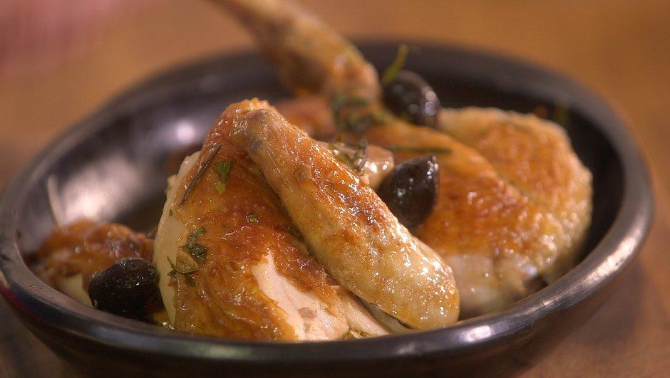 Poulet rôti au four et jus de cuisson au citron, olives et estragon