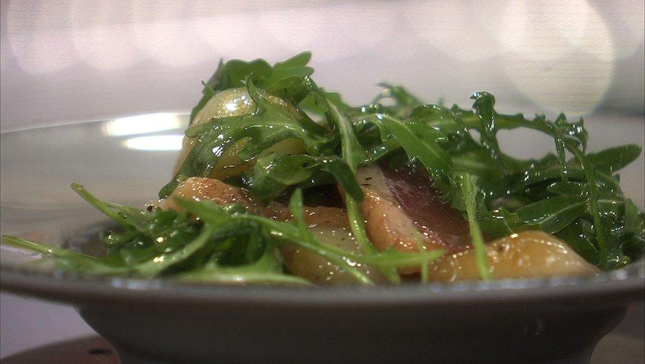 Salade de magret de canard fumé, roquette et oignons grelots aigre doux