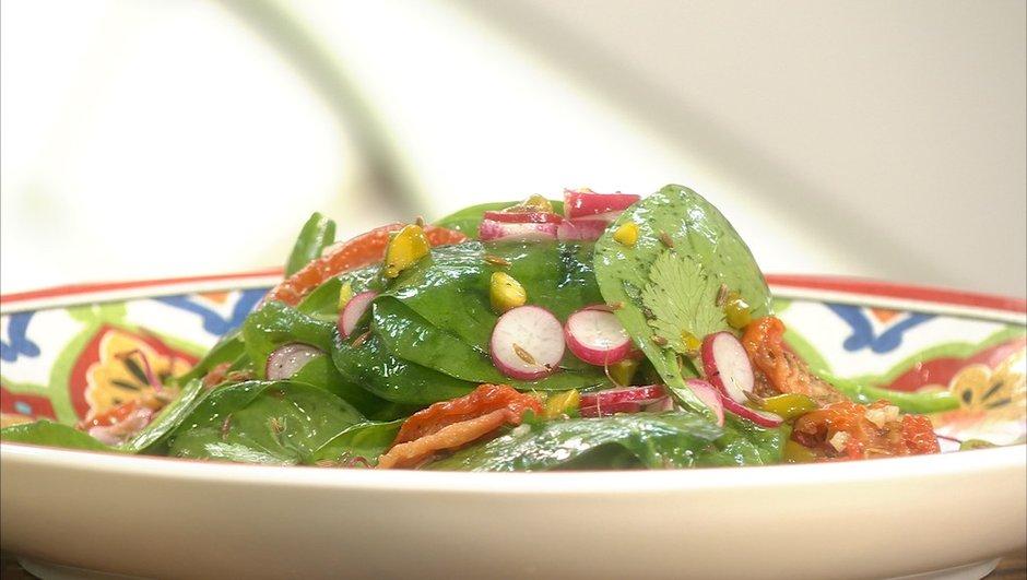 Salade aux pousses d'épinards et tomates confites à la pistache