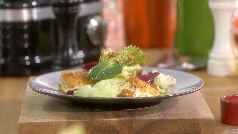 Mesclun de salades au crottin de fromage de chèvre pané aux noisettes