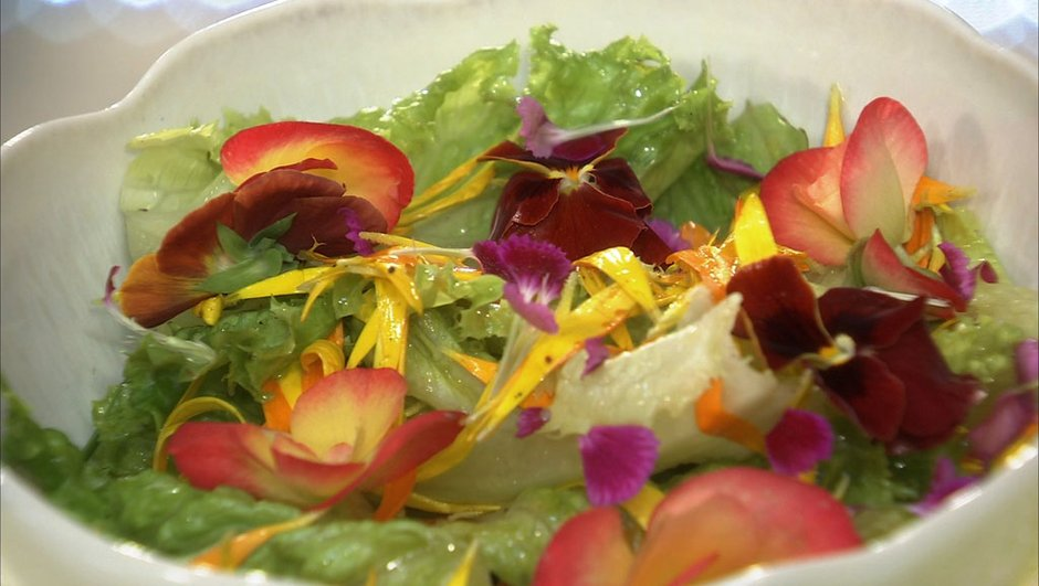 Mesclun de fleurs aux feuilles de batavia et vinaigrette à l'orange