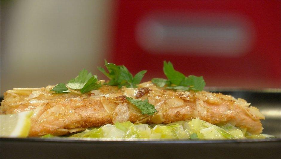 Filet de truite panée aux amandes et fondue de poireaux