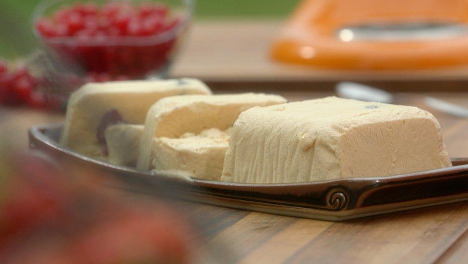 Quatre quarts glacé au caramel au beurre salé et aux fruits rouges