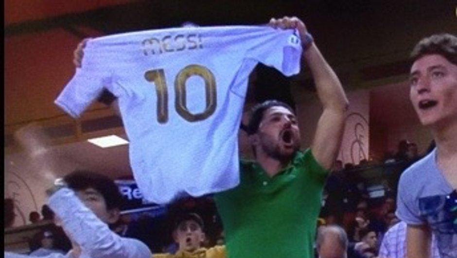 Insolite: en plein match, il brandit un maillot du Real floqué Messi