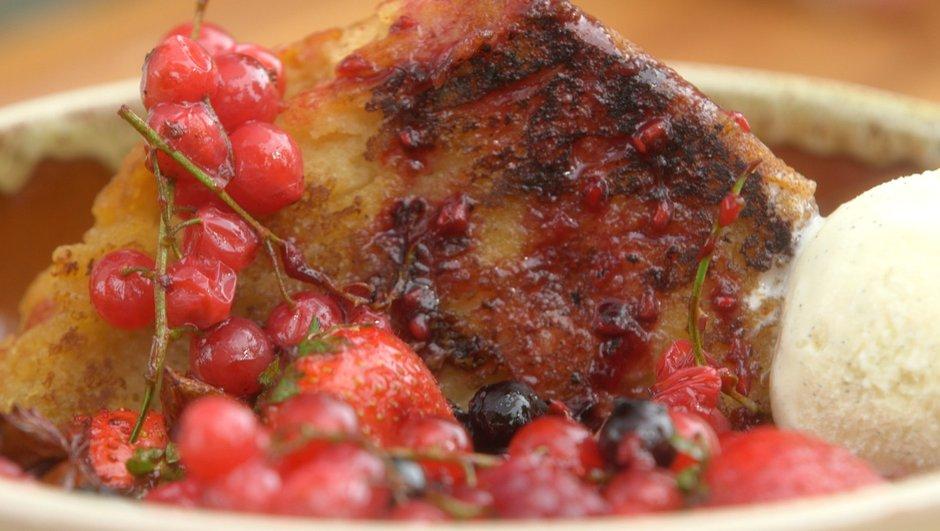 Pastis en pain perdu et fruits rouges à la plancha