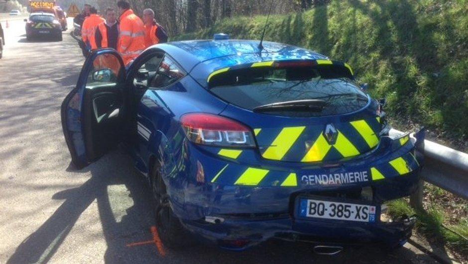 Insolite : une Renault Mégane R.S. de la Gendarmerie détruite