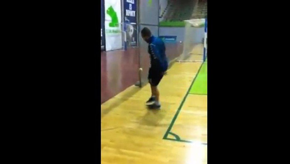 VIDEO Défi : Il jongle avec une balle de tennis