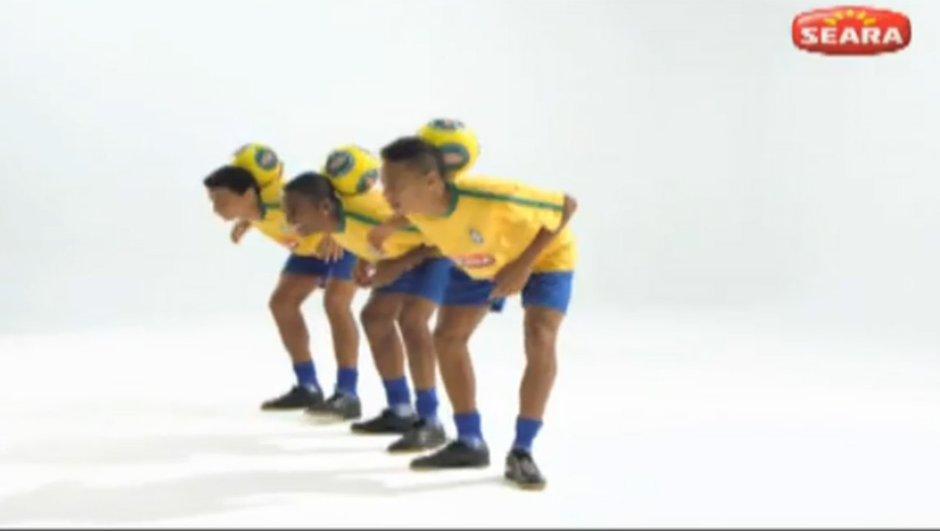 Pub : Robinho et Neymar jonglent pour le sponsor de la CdM 2014