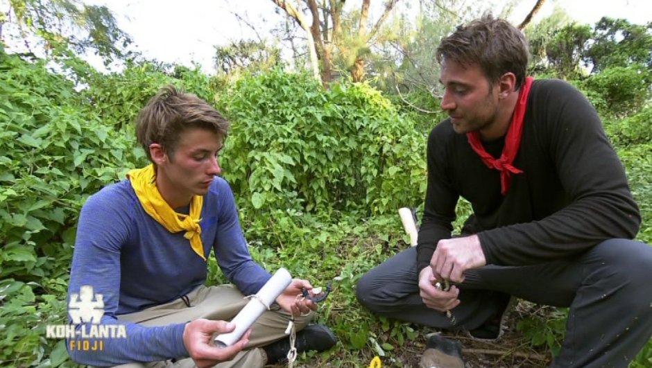 Thomas et Romain découvrent un collier d'immunité… coupé en deux !