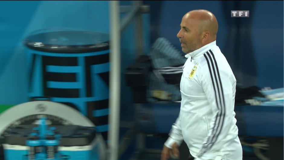 """""""Je fais rentrer Kun ?"""" : Jorge Sampaoli prend les consignes auprès de Messi"""