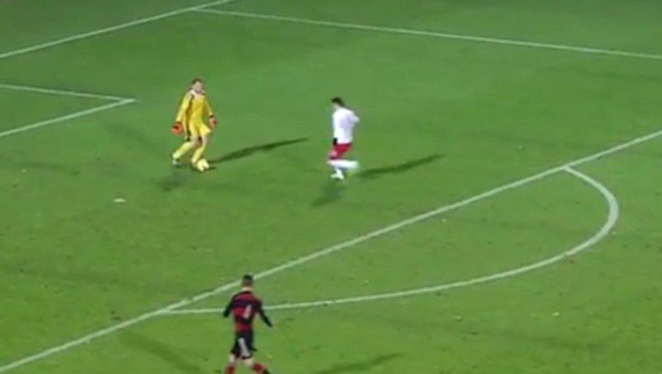 VIDEO #Insolite : le gardien fait un petit pont à l'attaquant !