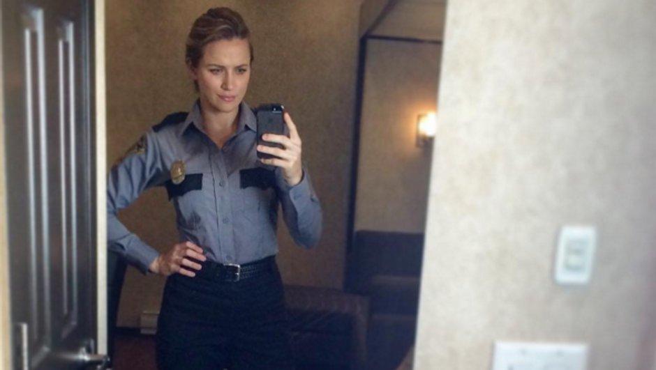 Une star de la série enfile l'uniforme