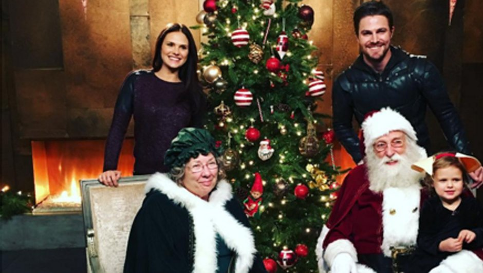 Arrow : la jolie photo de famille avec le Père Noel de Stephen Amell