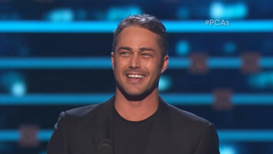 taylor-kinney-remporte-people-choice-award-meilleur-acteur-une-serie-dramatique-8436799
