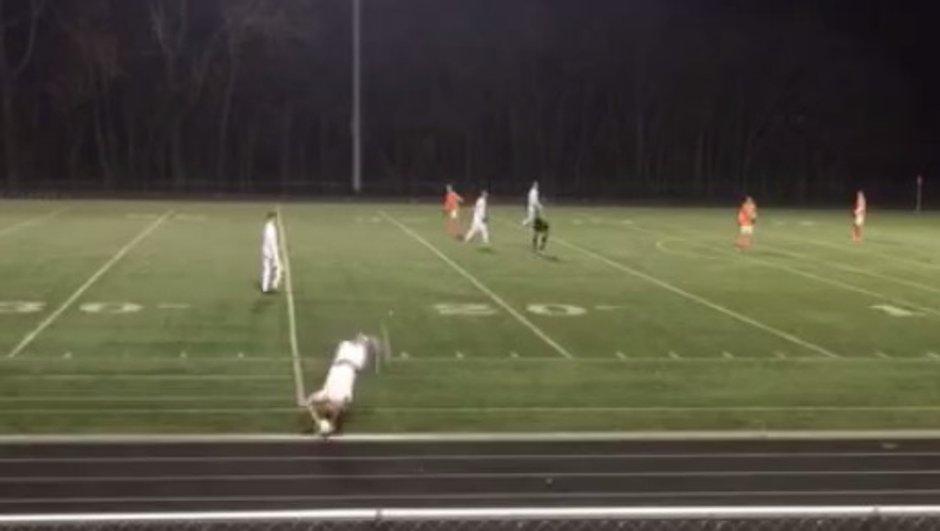 VIDEO Insolite : Il marque un but en effectuant une touche !