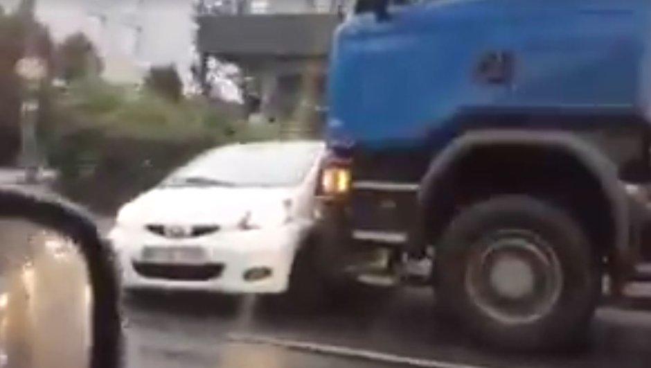 video-insolite-se-fait-pieger-pousse-un-camion-1716041