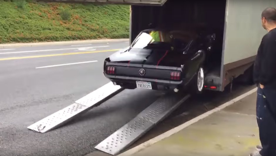 Insolite : une Ford Mustang se loupe au chargement