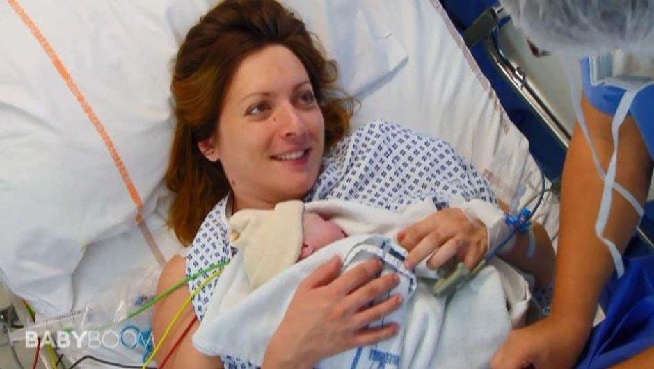 Une jeune maman goûte à un double bonheur