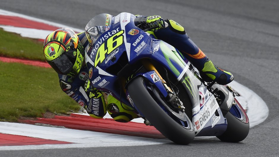 MotoGP Silverstone 2015 : Valentino Rossi vainqueur en maître, Marquez chute