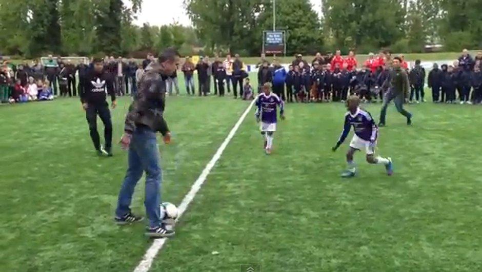 Insolite : Van Persie en freestyle face à des gamins (vidéo)