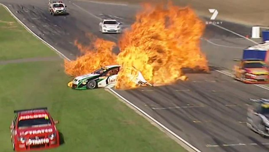 Vidéo : 2 voitures en feu au départ d'une course !