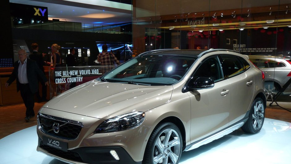 mondial-de-l-auto-2012-volvo-attire-chaland-v40-cross-country-0833986