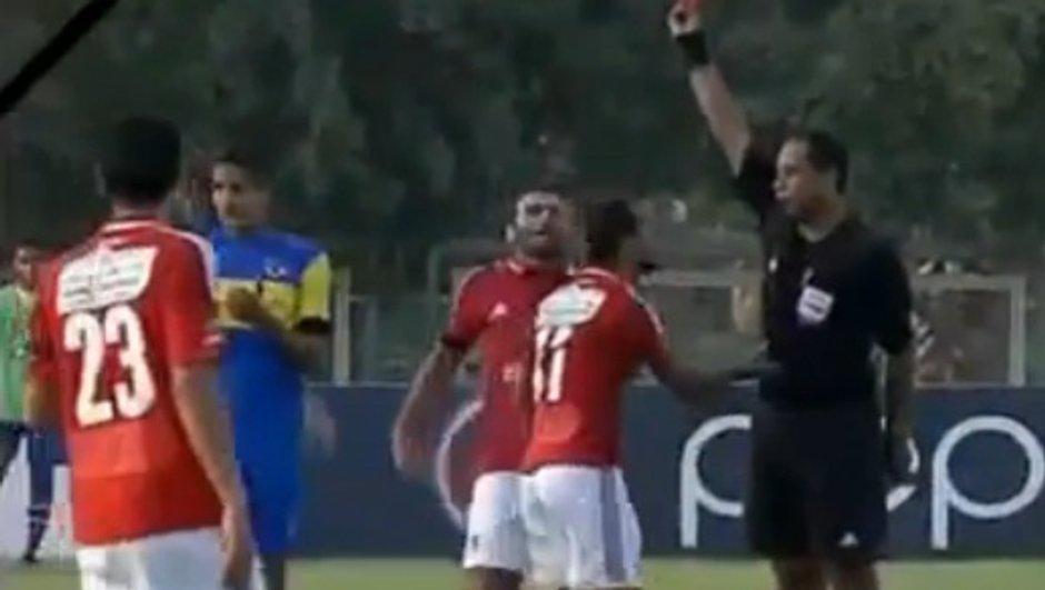VIDEO Insolite : un joueur déshabille l'arbitre !