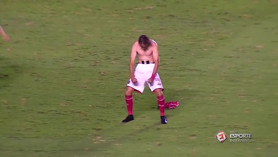 video-insolite-imite-mario-balotelli-muscles-moins-2172756